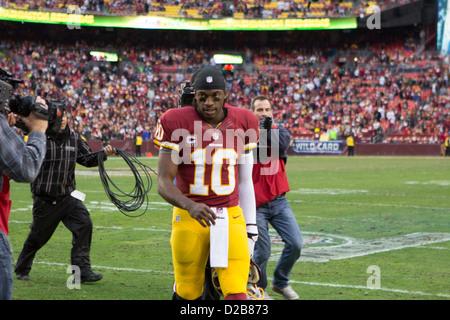 6 janvier 2013, Washington Redskins, Robert Griffin III (10) randonnées dans le domaine de jeu. à FedEx Field. Banque D'Images