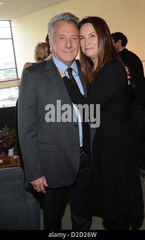 """Dustin Hoffman avec son épouse Lisa Gottsegen à assister à la première de """"Quartett"""" à l'opéra allemand de Berlin Banque D'Images"""