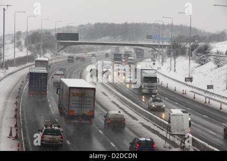 Un fort trafic sur l'autoroute M62, près de la sortie 27 à Morley, Leeds, West Yorkshire dans la neige