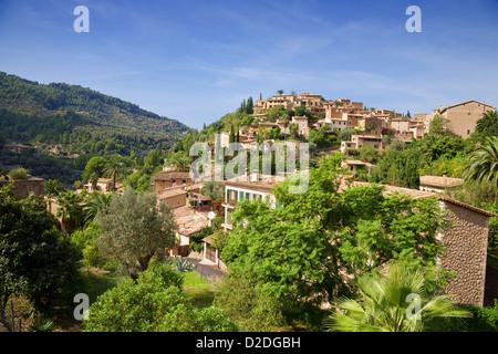 Vue sur le village perché de Deia à Majorque, Espagne. Banque D'Images