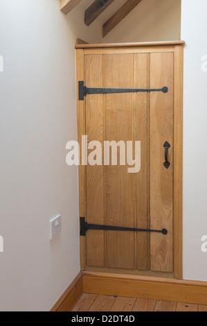 Belle armoire en pin porte dans une grange récemment rénové. Banque D'Images