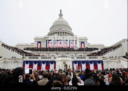 On acclame l'arrivée du Président Barack Obama sur la face ouest du Capitole lors de la 57e Cérémonie d'investiture Banque D'Images