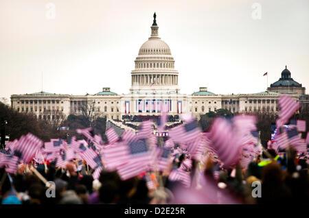 Les gens vague des drapeaux américains sur le National Mall lors de la 57e Cérémonie d'investiture le 21 janvier Banque D'Images