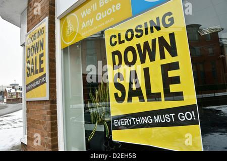 La fermeture de l'affiche de la vente dans une vitrine Banque D'Images