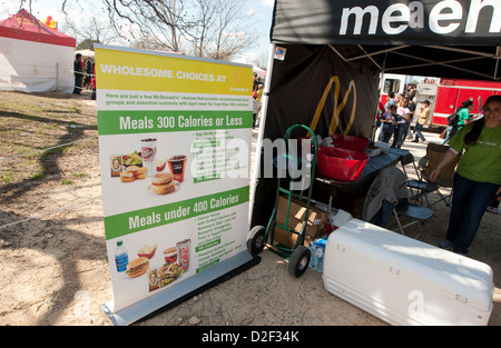Un restaurant Mcdonald's, créé au festival de plein air à Austin Texas MLK comprend une affiche bilingue avec des Banque D'Images