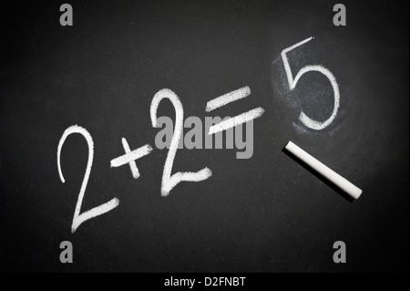 Tableau noir avec 2+2=5 écrit dessus en craie blanche Banque D'Images