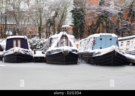 Narrowboats amarré sur les rives du canal d'Oxford à Banbury en hiver, l'Oxfordshire. Banque D'Images