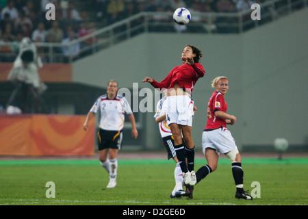 Ingvild Stensland de Norvège chefs la balle pendant la Coupe du Monde féminine de la fifa match de demi-finale contre Banque D'Images