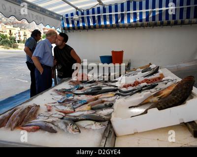 Sicile Italie Marché de poisson à chaque message d'autres siciliens Porticello Man Kissing joues de ami Banque D'Images