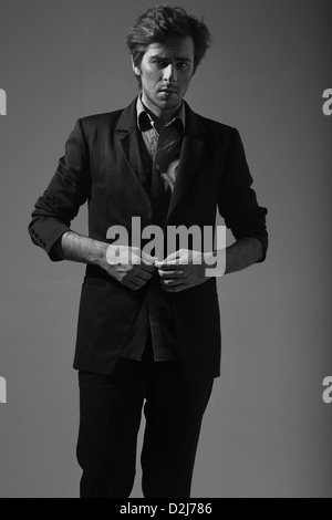 Photo d'un magnifique jeune homme élégant Banque D'Images