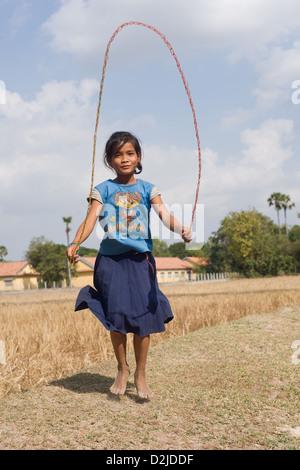 Prahut, Cambodge, une jeune fille cambodgienne fait le saut à la corde Banque D'Images