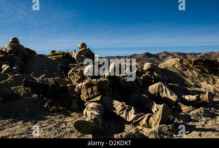 Corps des Marines des États-Unis 3e Bataillon d'infanterie 4e Régiment de Marines reste tout en participant à l'exercice de formation intégrée (ITX) 13-1 à Twentynine Palms Marine Corps Base, Californie 22 Jan, 2013. L'ITX est l'exercice d'entraînement que Marines viennent avant