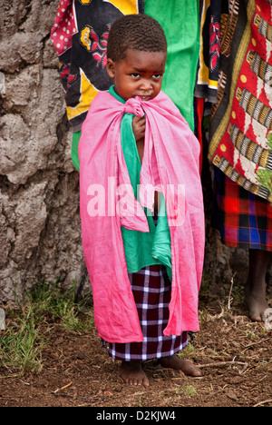 Enfant masaï, portant des vêtements traditionnels, dans un village de la Masai Mara, Kenya, Afrique Banque D'Images