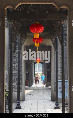 Les gens qui marchent dans le couloir à l'Académie du clan Chen, Guangzhou, Guangdong, Chine Banque D'Images
