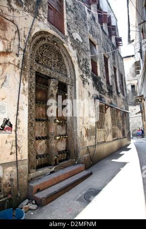 Ville historique de Stone Town et le fameux portes sur l'île de Zanzibar, l'Afrique dans l'Océan Indien Banque D'Images