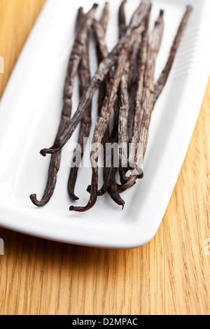 Les gousses de vanille sur table de cuisine Banque D'Images