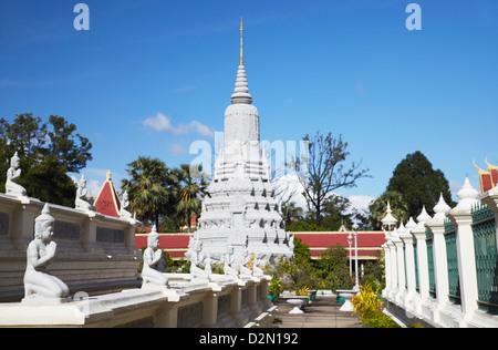 Des statues et des stupas à la Pagode d'argent à l'intérieur de Palais Royal complexe, Phnom Penh, Cambodge, Indochine, Banque D'Images