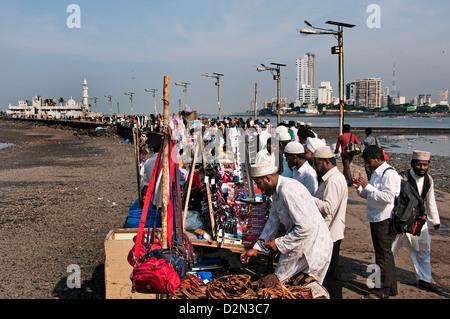 La mosquée Haji Ali la banlieue de Bandra Mumbai ( Bombay ) Inde Bay l'Architecture Moderne Banque D'Images