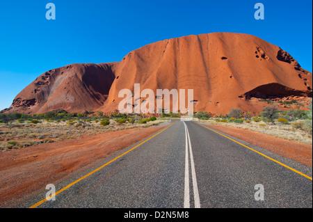 Uluru (Ayers Rock), le Parc National d'Uluru-Kata Tjuta, UNESCO World Heritage Site, Territoire du Nord, Australie, Banque D'Images