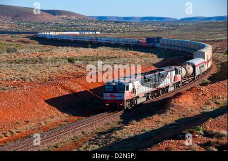 Train roulant à travers l'Outback de l'Australie du Sud, Australie, Pacifique Banque D'Images