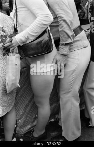 Mode des années 1970 les filles britanniques portent un pantalon chaud élégant à la mode dans le Beauchamp place Banque D'Images