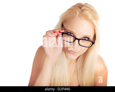 Libre d'une très jolie jeune femme avec des lunettes à la recherche jusqu'à vous isolé sur Banque D'Images