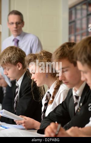 Une fille lit à voix haute pendant une leçon sur la guerre poètes Pâtes Grammar School à Cheltenham, Gloucestershire Banque D'Images