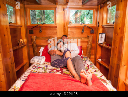 Couple laying together in bed Banque D'Images