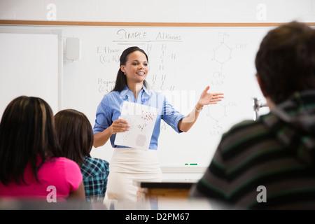 Enseignant noir de parler aux étudiants dans une salle de classe