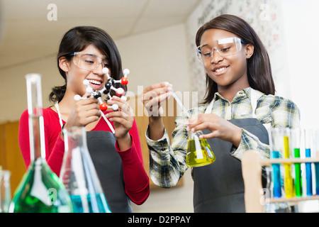 Les étudiants qui travaillent avec des produits chimiques en classe