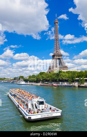 Bateau Bateaux Mouches sur la Seine en passant la Tour Eiffel, Paris, France, Europe Banque D'Images