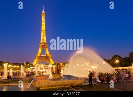 La Tour Eiffel et le Trocadéro Fontaines de nuit, Paris, France, Europe Banque D'Images