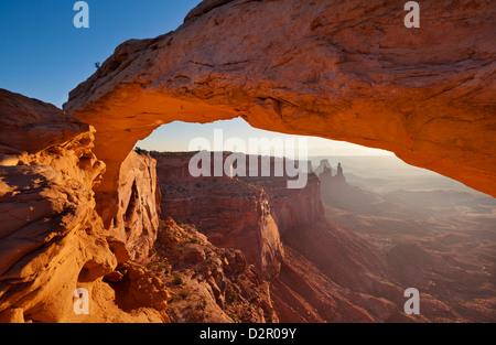 Mesa Arch lever du soleil, l'île dans le ciel, Canyonlands National Park, Utah, États-Unis d'Amérique, Amérique Banque D'Images