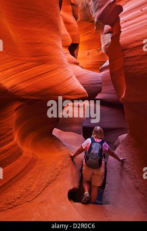 Woman randonneur et formations de roche de grès, Lower Antelope Canyon, Page, Arizona, USA