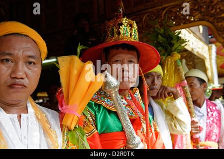 Les reines et les ministres dans le plus grand festival de Nat rituel (Spiritueux) à Taungbyon, Mandalay Division, Banque D'Images