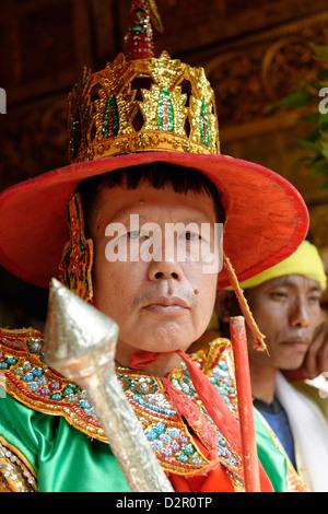 Un garde, les reines et les ministres à la plus grand rituel Nat dans Taungbyon, Mandalay Division, Myanmar, Birmanie Banque D'Images
