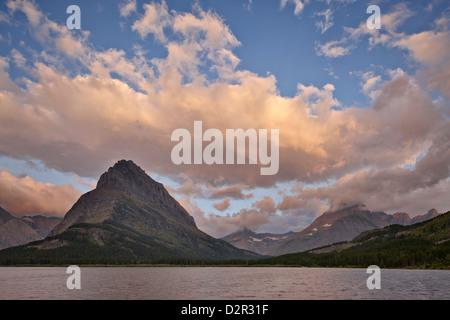 Mont Grinnell et Swiftcurrent Lake à l'aube, le Glacier National Park, Montana, États-Unis d'Amérique, Amérique Banque D'Images