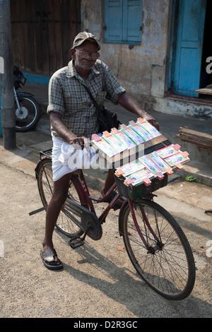 Un vendeur de billets de loterie sur son vélo dans la région de Kochi (Cochin), Kerala, Inde, Asie Banque D'Images