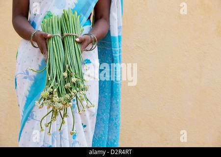 Village de l'Inde rurale de l'ail chinois femme tenant dans ses mains. L'Andhra Pradesh, Inde Banque D'Images