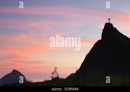 Statue du Christ Rédempteur (Cristo Redentor) au coucher du soleil, Corvocado, Rio de Janeiro, Brésil, Amérique Banque D'Images