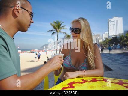 Couple avec caipirinhas sur la plage d'Ipanema, Rio de Janeiro, Brésil, Amérique du Sud Banque D'Images