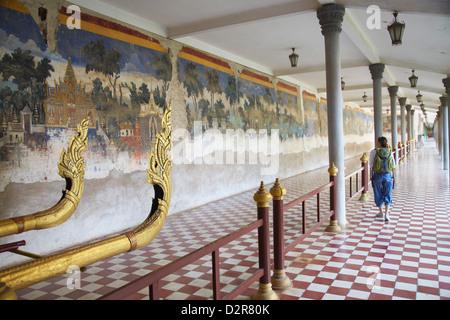 Woman looking at murales de la Pagode d'argent au Palais Royal, Phnom Penh, Cambodge, Indochine, Asie du Sud, Asie Banque D'Images