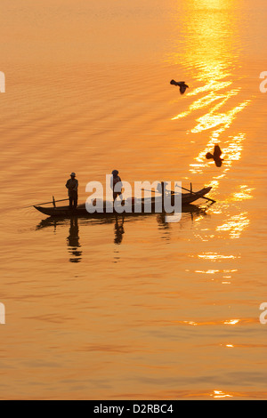 Les pêcheurs au lever du soleil, la rivière Tonle Sap, Phnom Penh, Cambodge, Indochine, Asie du Sud, Asie Banque D'Images