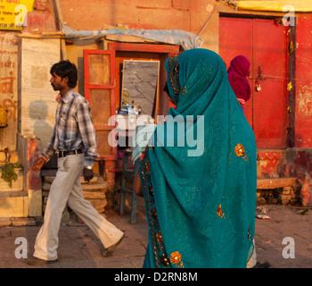 Femme portant un sari, Varanasi, Inde Banque D'Images