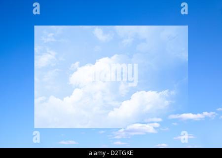 Ciel bleu et nuages, avec châssis surréaliste Banque D'Images