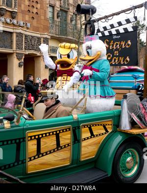 Donald Duck et Daisy participant à la Disney Stars n Voitures Parade à Disneyland Paris Banque D'Images