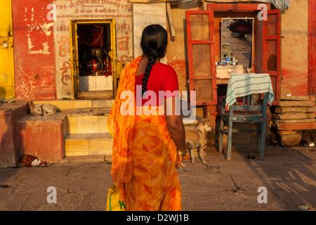 Les femmes indiennes portant un sari coloré, Varanasi, Inde Banque D'Images