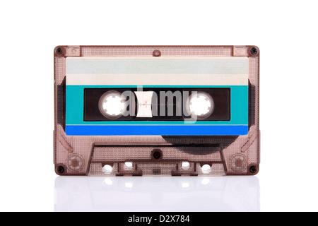 Cassettes compactes isolé sur blanc avec étiquette bleu blanc. Y compris le chemin de détourage. Banque D'Images