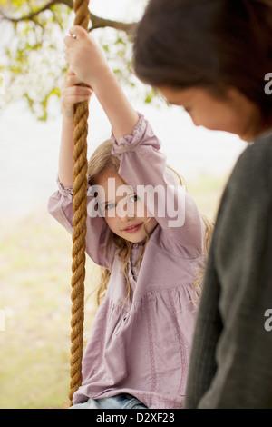 Portrait de jeune fille sur swing avec mère Banque D'Images