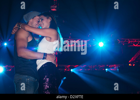 Smiling couple hugging under met en boite Banque D'Images